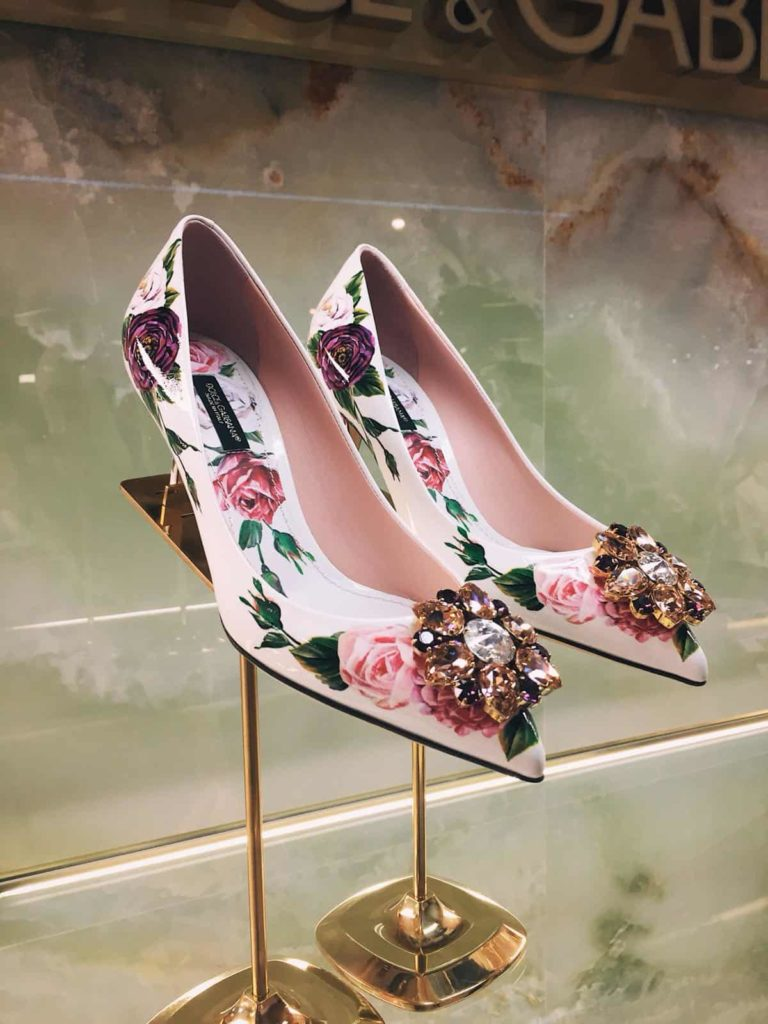 Printed patent leather pumps with brooch detail